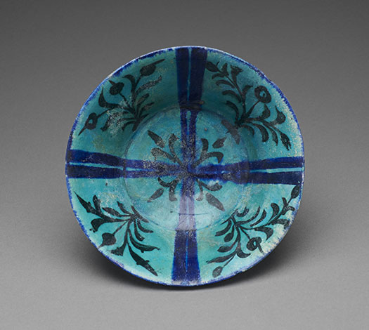 Coupe turquoise à composition cruciforme et tiges florales